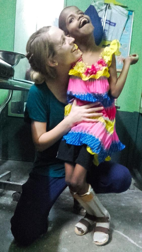 shuktara 2016-04-26 Guria with Jacinta in her splints