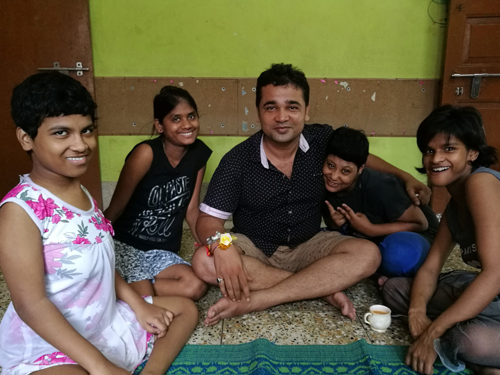 2017 August - Prity, Ipshita, Pappu, Muniya and Lali sitting in a circle on Raksha Bandhan